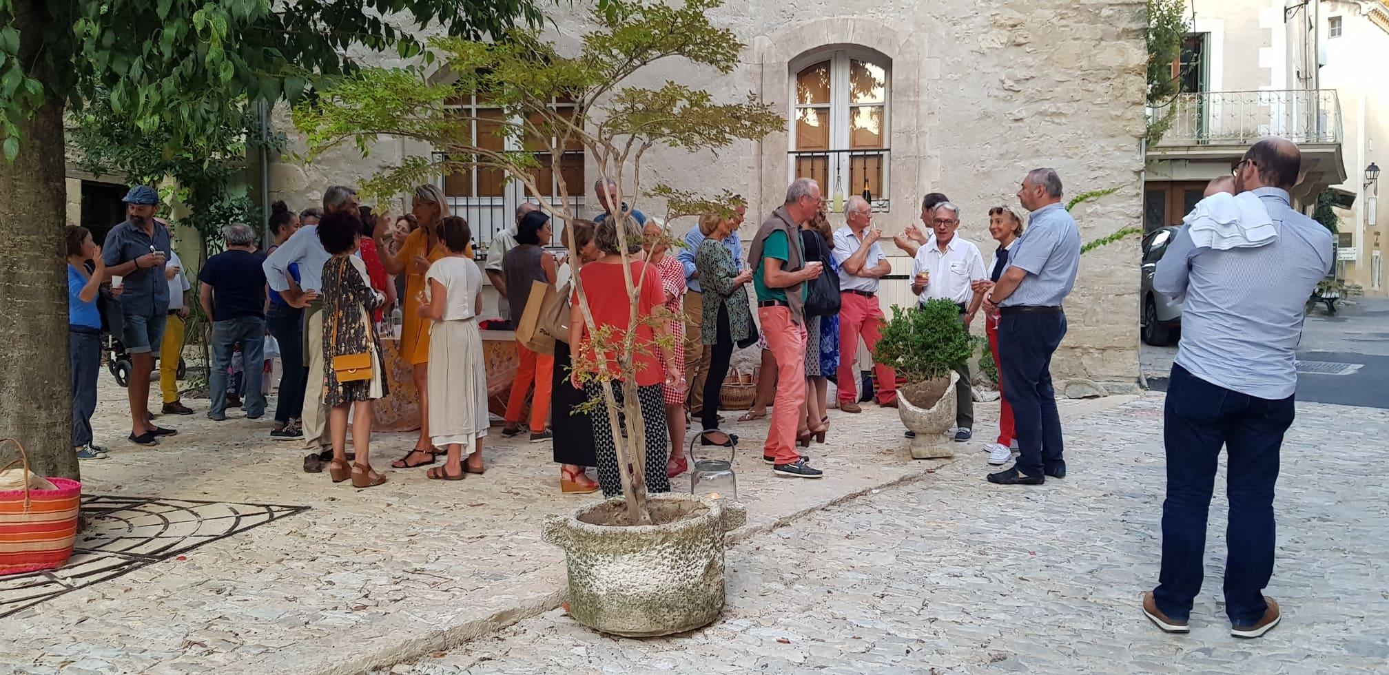 groupe de personnes partageant un verre dans la rue